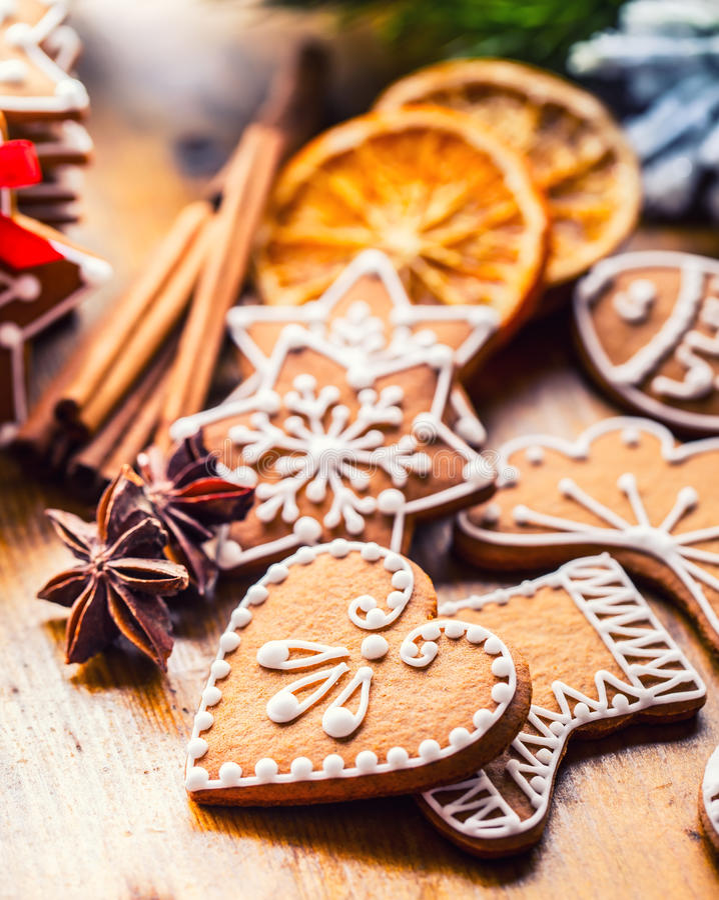 Weihnachten Weihnachtsselbst gemachte Lebkuchenplätzchen mit verschiedenen Dekorationen Glückliches Weihnachten des roten Bandes stockbild
