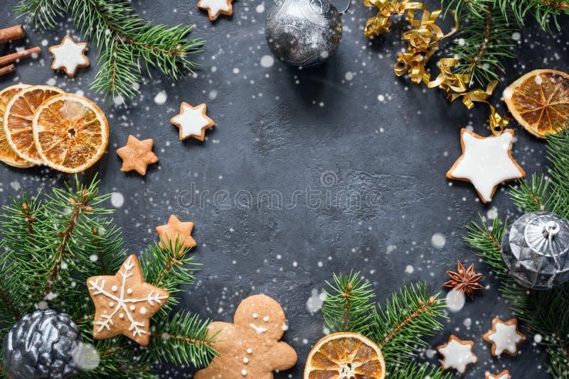 Weihnachten, Winterurlaube oder Rahmen des neuen Jahres mit Tannenbaumasten, -plätzchen, -spielwaren und -gewürzen stockbild