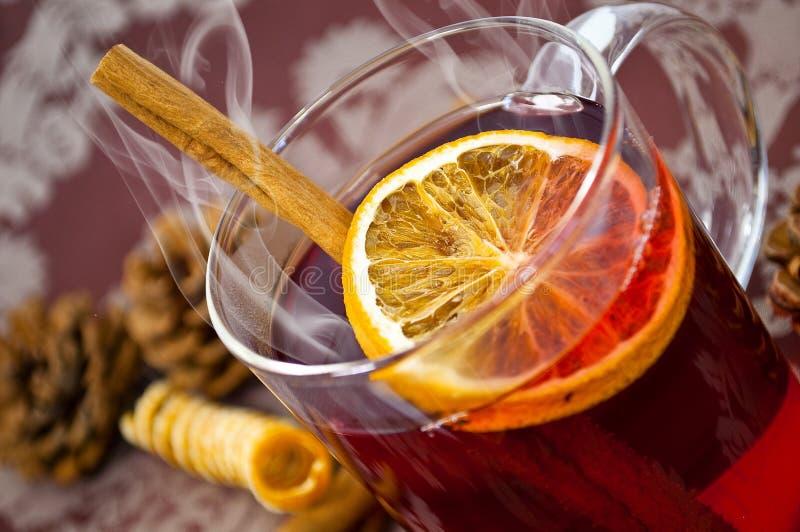 Weihnachtenglühwein oder gluhwein mit Gewürzen und orange Scheiben auf Tabelle, traditionl Getränk auf Winterurlaubwinterzeit stockfoto