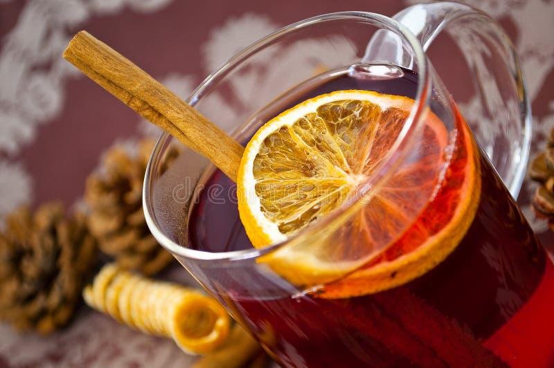 Weihnachtenglühwein oder gluhwein mit Gewürzen und orange Scheiben auf Tabelle, traditionl Getränk auf Winterurlaubwinterzeit stockbild