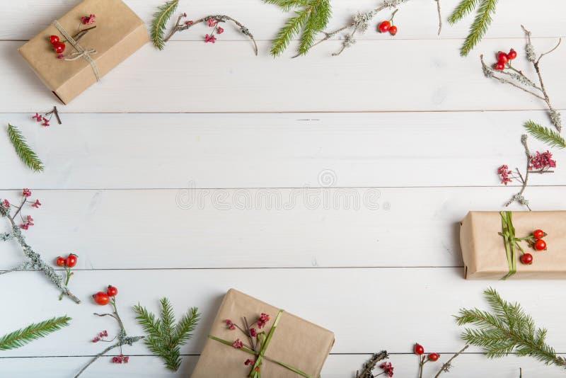 Weihnachts-, des neuen Jahres oder des Herbsteshintergrund, flache Lagezusammensetzung von Weihnachtsnatürlichen Verzierungen und lizenzfreies stockbild