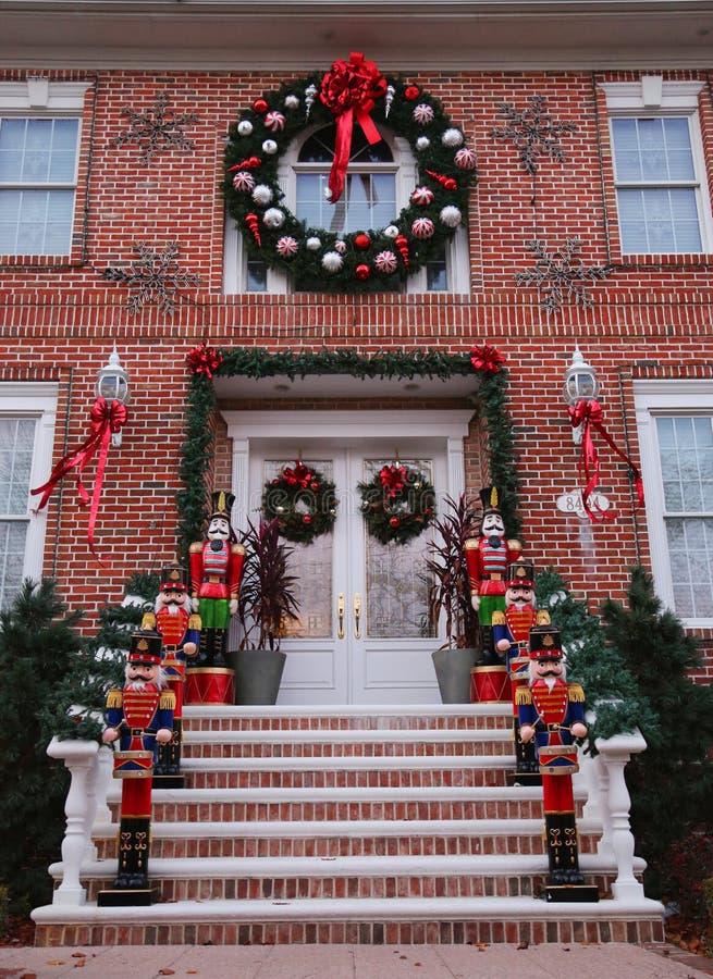 Weihnachts-Hausdekorations-Lichtanzeige in der Vorstadt-Brooklyn-Nachbarschaft von Dyker-Höhen stockfotografie
