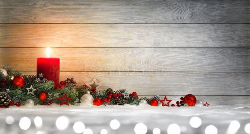 Weihnachts- oder der Einführunghölzerner Hintergrund mit einer Kerze stockbild