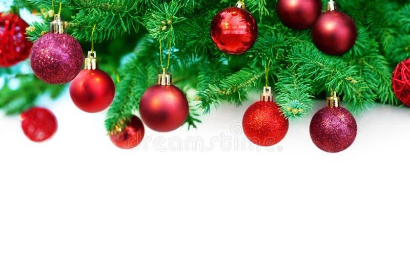 Weihnachts- oder des neuen Jahresfestliche Grenze, dekorativer Rahmen der Winterurlaube, rote glänzende Balldekorationen, die an  lizenzfreie stockfotografie