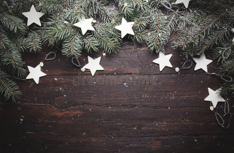Weihnachts- oder des neuen Jahreshintergrund: Pelzbaumniederlassungen, Dekoration und funkelnde Sterne auf Holz, Draufsicht, Kopi stockfotos