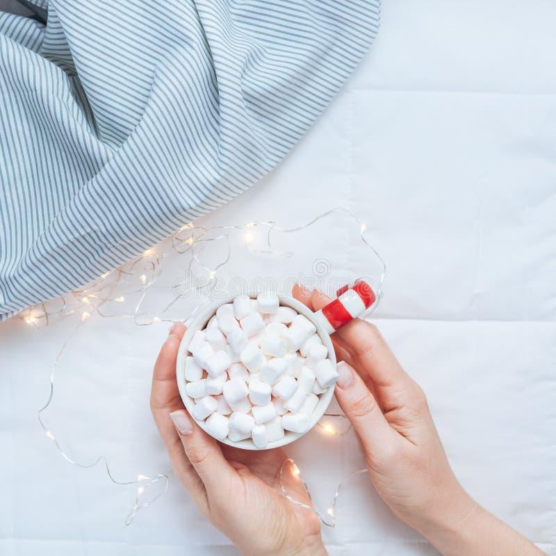 Weihnachts- oder des neuen Jahresmorgen im Bettkonzept stockfoto