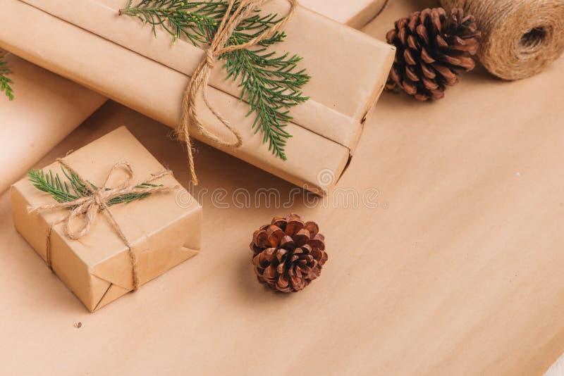 Weihnachts- oder Neujahrsgeschenkkastensammlung eingewickelt in Kraftpapier-Brei stockfotografie