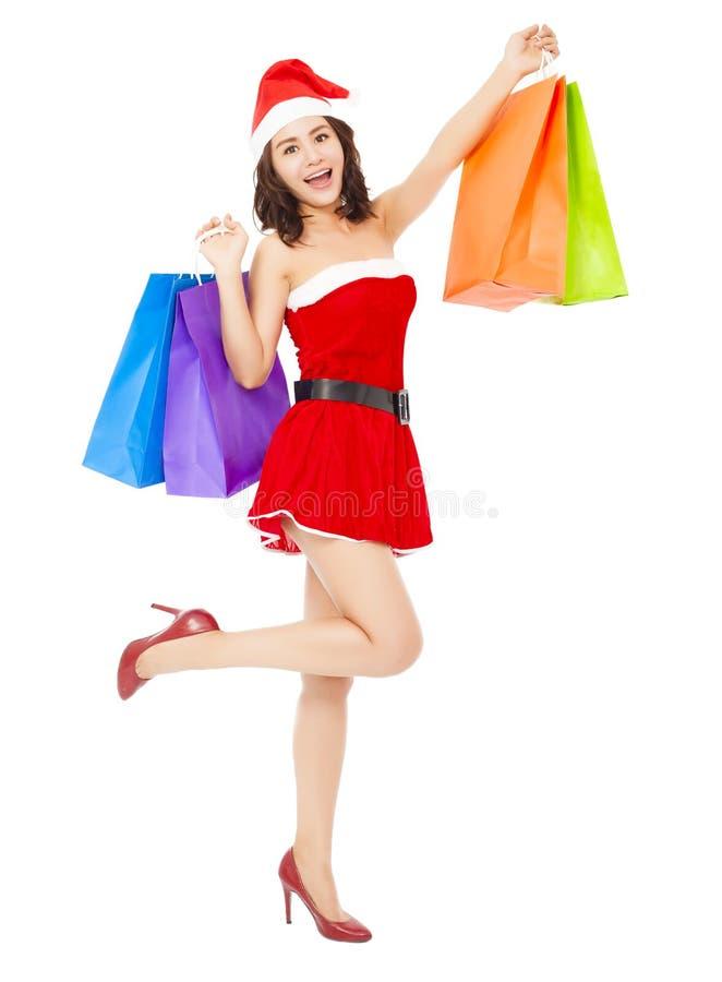 Weihnachts-Sankt-Frau, die einige Geschenktaschen hält stockfoto