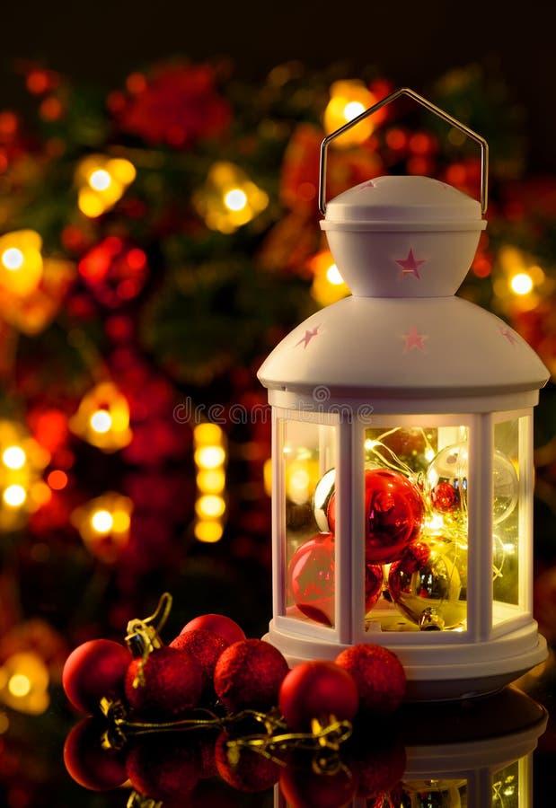 Weihnachts- und des neuen Jahresdekorationsbälle, Lametta, candel auf blac lizenzfreie stockfotos