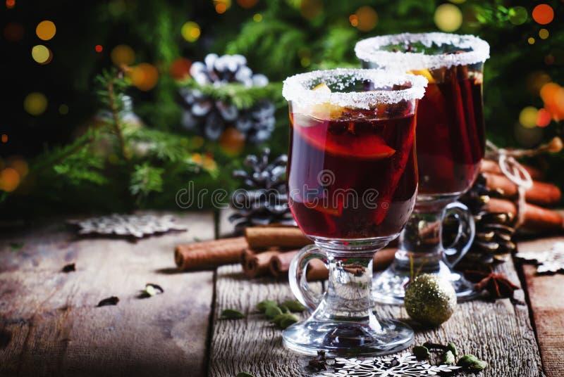 Weihnachts- und des neuen Jahresfestliches Getränk, heißer Glühwein mit cinna lizenzfreies stockfoto