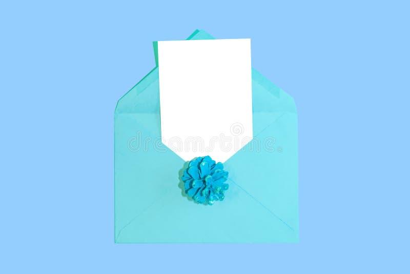 Weihnachts- und des neuen Jahreskarte mit blauem Umschlag und leerem Weißbuch bedecken für Text, lizenzfreie stockfotografie