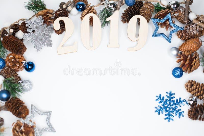 Weihnachts- und des neuen Jahreszusammensetzung simbols 2019 und Tanne branche stockfoto