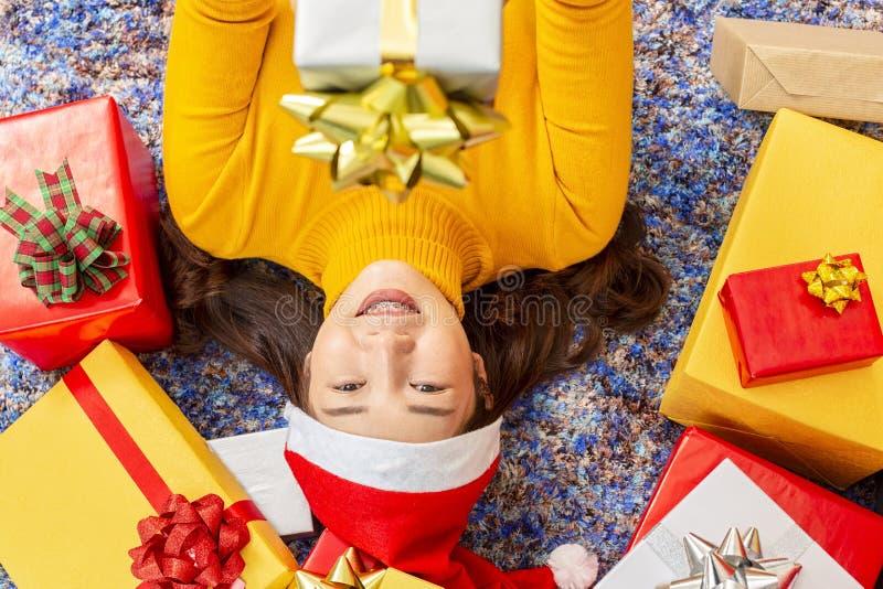 Weihnachts- und Feiertagskonzept Glückliche Frau mit Geschenkbox Junge Frauen in den Weihnachtskappenhänden stellen sich eingewic lizenzfreie stockfotografie