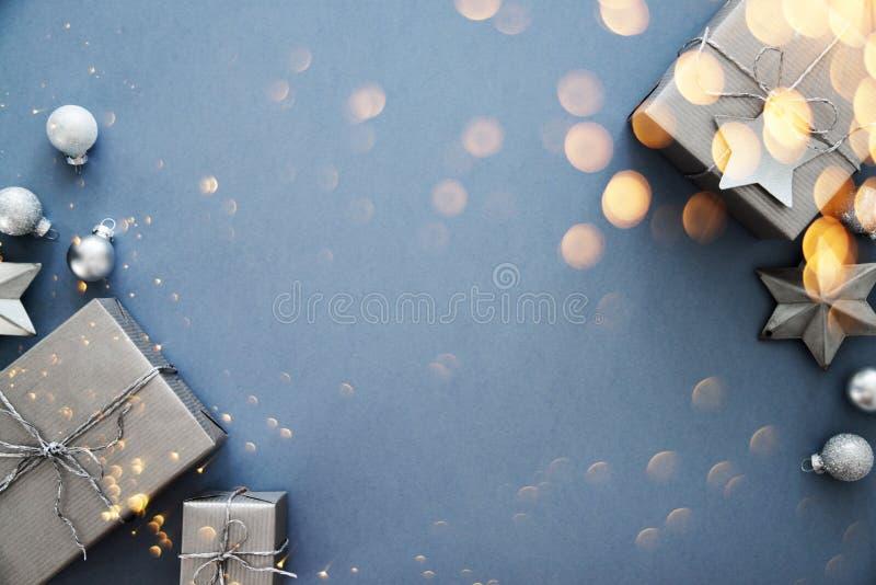 Weihnachts- und Neujahrsfeiertaghintergrund Ausführliche 3d übertragen Der Junge gelegt auf den Schnee lizenzfreies stockfoto