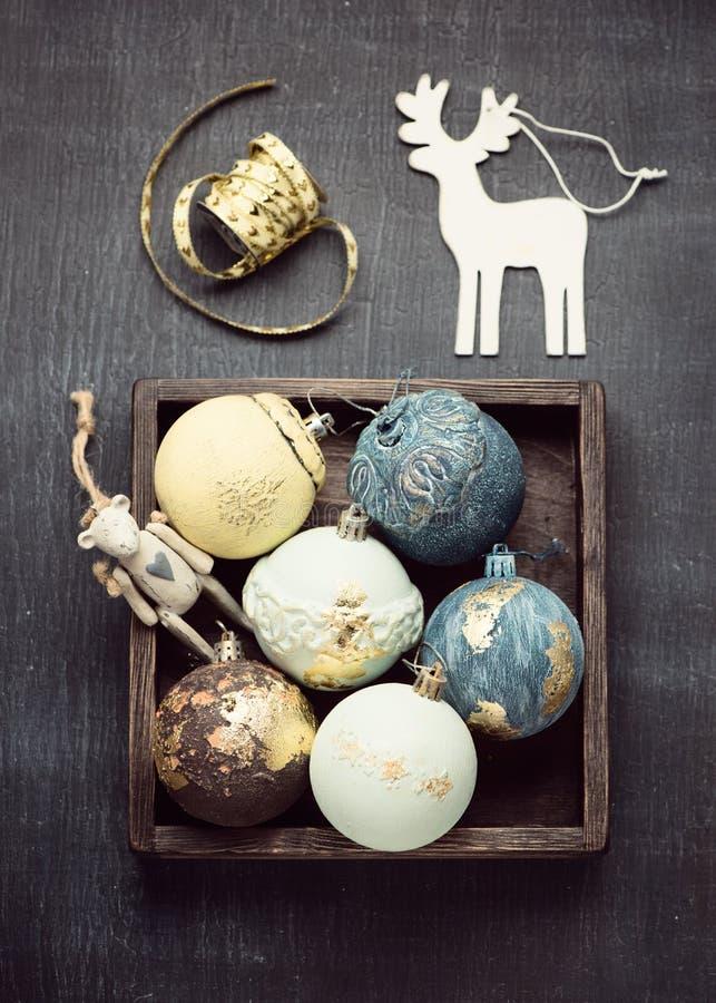Weihnachts-Weinlesebälle in den Dekorationen einer Holzkiste und des Weihnachten-petro stockbild