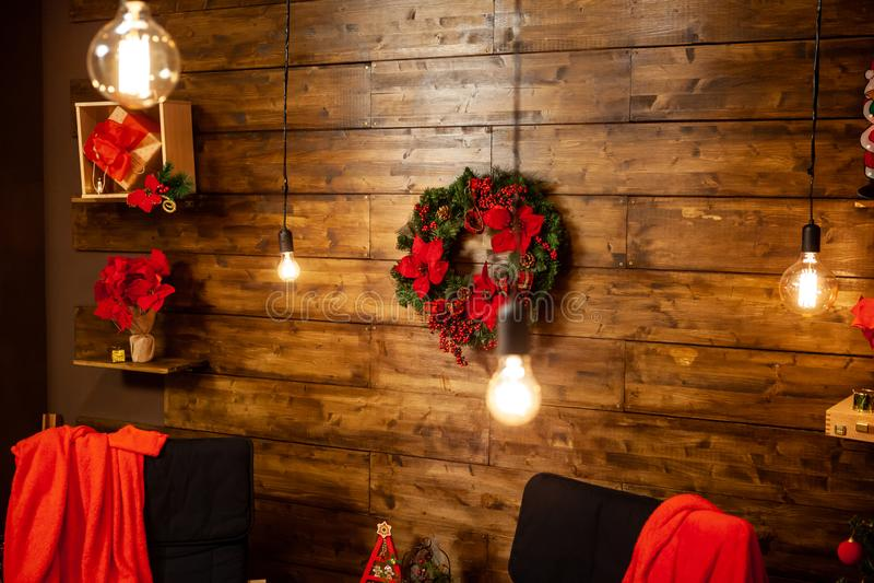Weihnachtsabend in einem schönen Haus mit hölzerner Wand lizenzfreies stockbild