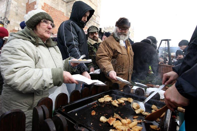 Weihnachtsabend für armes und obdachloses auf dem zentralen Markt in Krakau lizenzfreie stockfotos