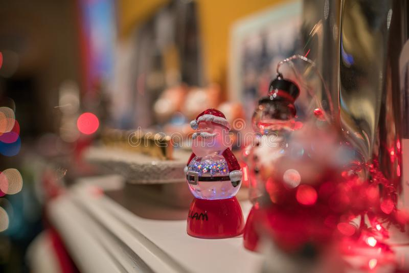 Weihnachtsabend mit kleiner Glas-Santa Claus lizenzfreies stockfoto