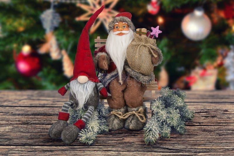Weihnachtsabstrakte Dekoration auf hölzernem braunem Brett stockfoto
