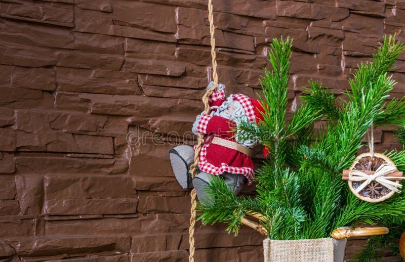 Weihnachtsanordnung für trockene orange Scheiben und Zimtstangen und Santa Claus klettert das Seil lizenzfreie stockfotografie