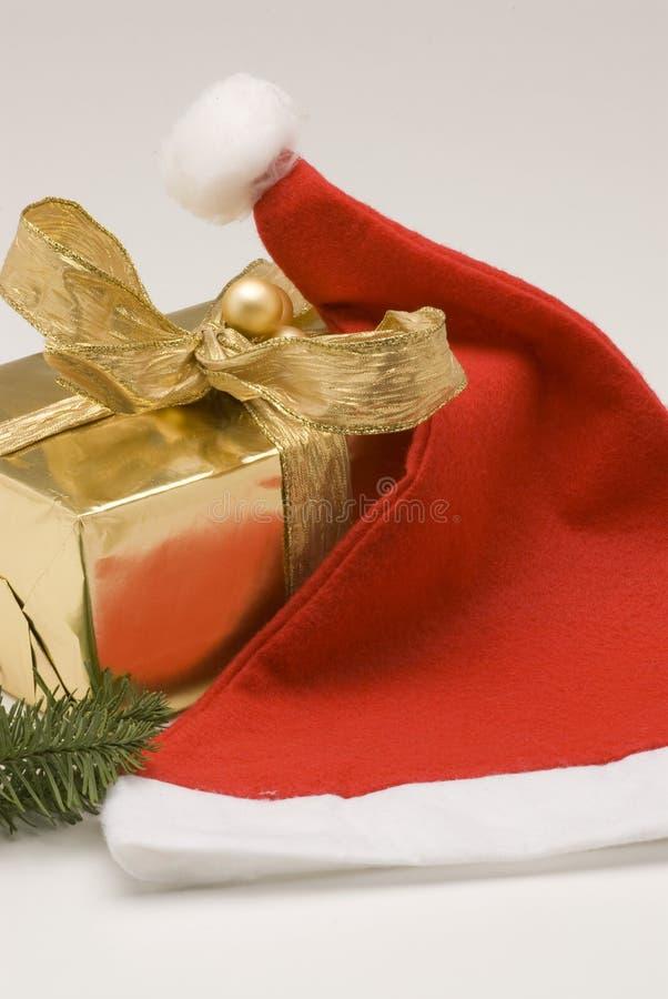 Weihnachtsanordnung. Sankt-Hut und Geschenkkasten. lizenzfreies stockfoto