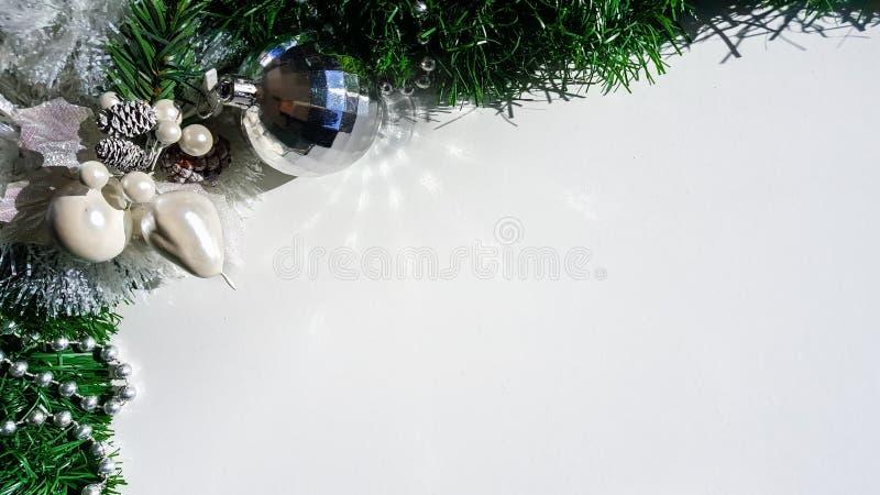 Weihnachtsanzeige von Verzierungen lizenzfreie stockbilder