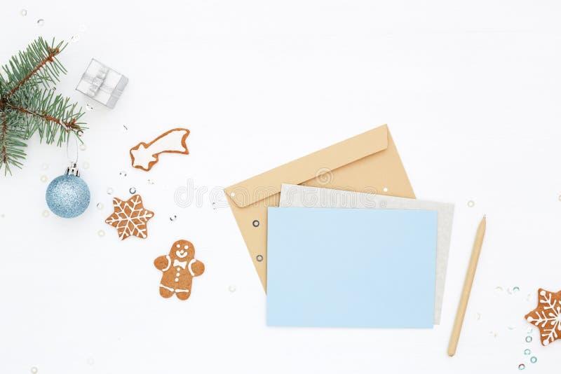 Weihnachtsarbeitsplatz mit leerer Karte stockfotografie