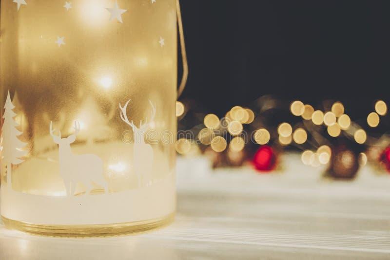 Weihnachtsatmosphärischer Moment Laterne mit Rotwild und einfachem orna lizenzfreie stockfotografie