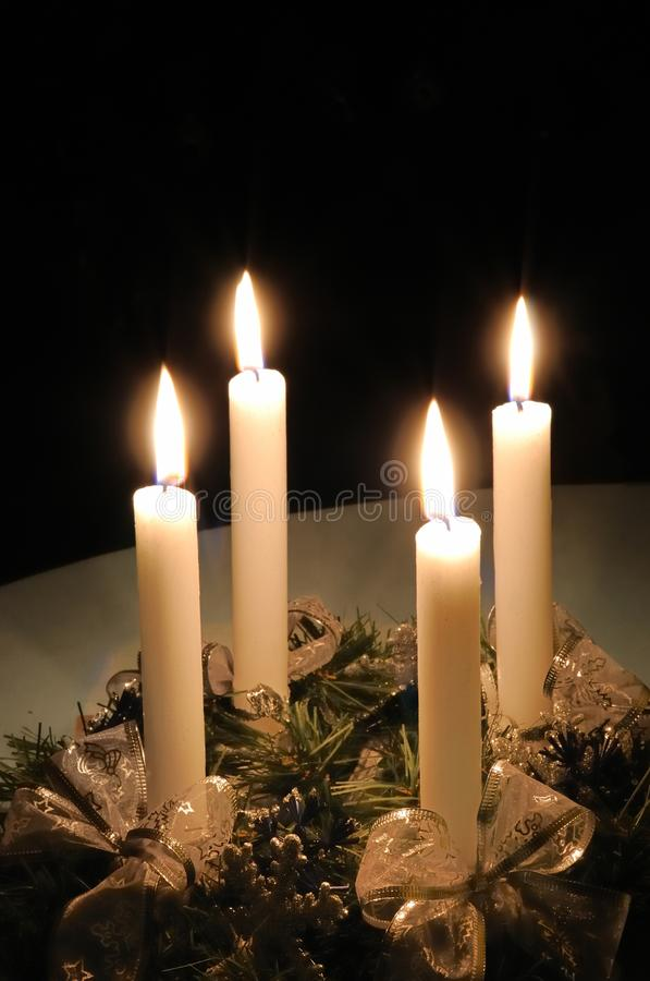 Weihnachtsaufkommen Wreath mit brennenden Kerzen lizenzfreies stockfoto