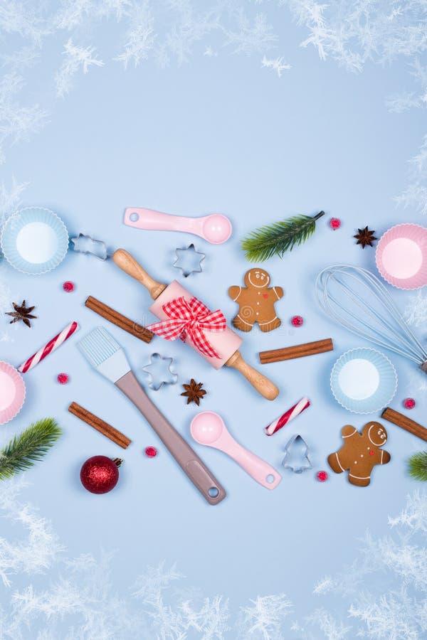 Weihnachtsbäckereihintergrund Bestandteile für das Kochen von Weihnachtsplätzchen, Küchengeräte, Lebkuchenplätzchen stockfoto