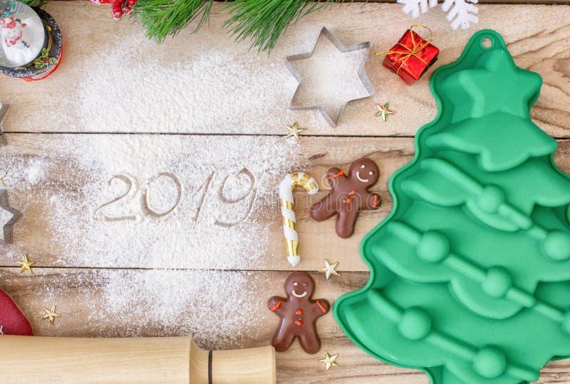 Weihnachtsbäckereikuchenhintergrund mit Raum des freien Texts Bestandteile und Werkzeuge für das Backen - Mehl, Weihnachtsbaum un lizenzfreies stockbild