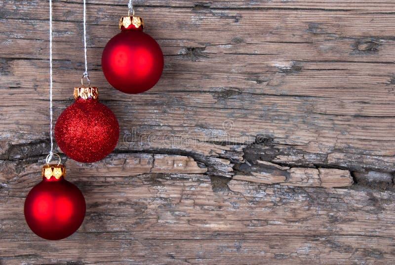 Weihnachtsbälle auf Holz stockbild