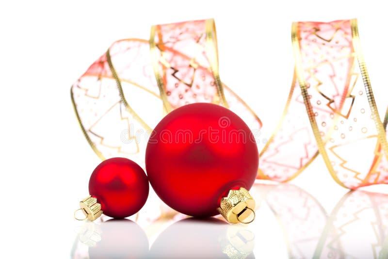 Weihnachtsbälle mit Band lizenzfreie stockfotografie