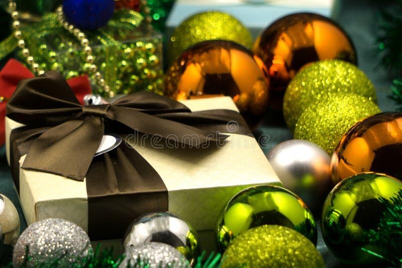 Weihnachtsbälle mit Weihnachtsbaum auf einer Tabelle lizenzfreie stockbilder