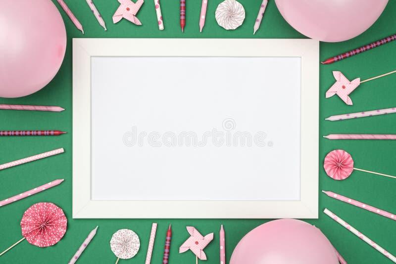 Weihnachtsbälle und Bilderrahmen auf stilvoller bunter Tischplatteansicht lizenzfreie stockfotografie