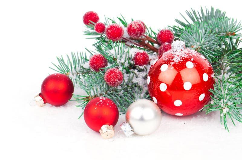 Weihnachtsbälle und -Tannenzweige stockbilder