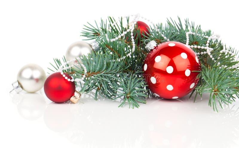 Weihnachtsbälle und -Tannenzweige stockbild