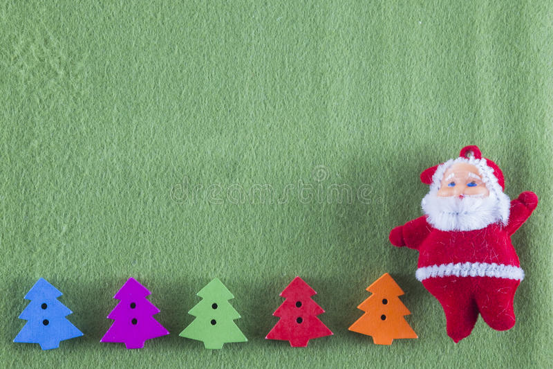 Weihnachtsbäume der frohen Weihnachten und des guten Rutsch ins Neue Jahr, Santa Clauss und auf grünem Hintergrund lizenzfreie stockfotografie