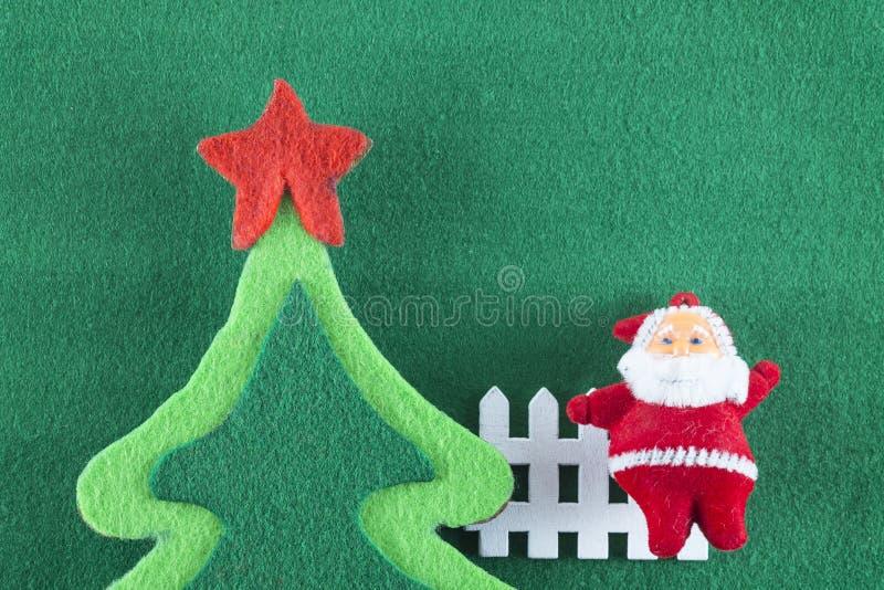 Weihnachtsbäume der frohen Weihnachten und des guten Rutsch ins Neue Jahr, Santa Clauss und auf grünem Hintergrund stockbild