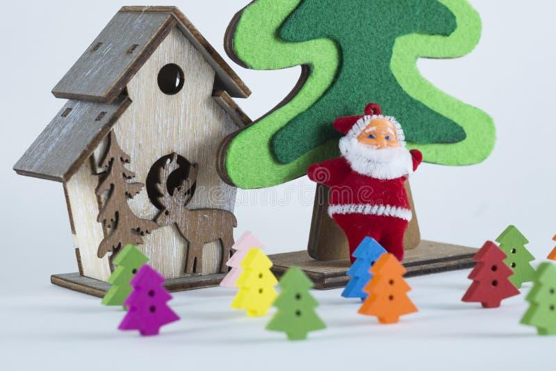 Weihnachtsbäume der frohen Weihnachten und des guten Rutsch ins Neue Jahr, Santa Clauss und auf weißem Hintergrund lizenzfreie stockfotos