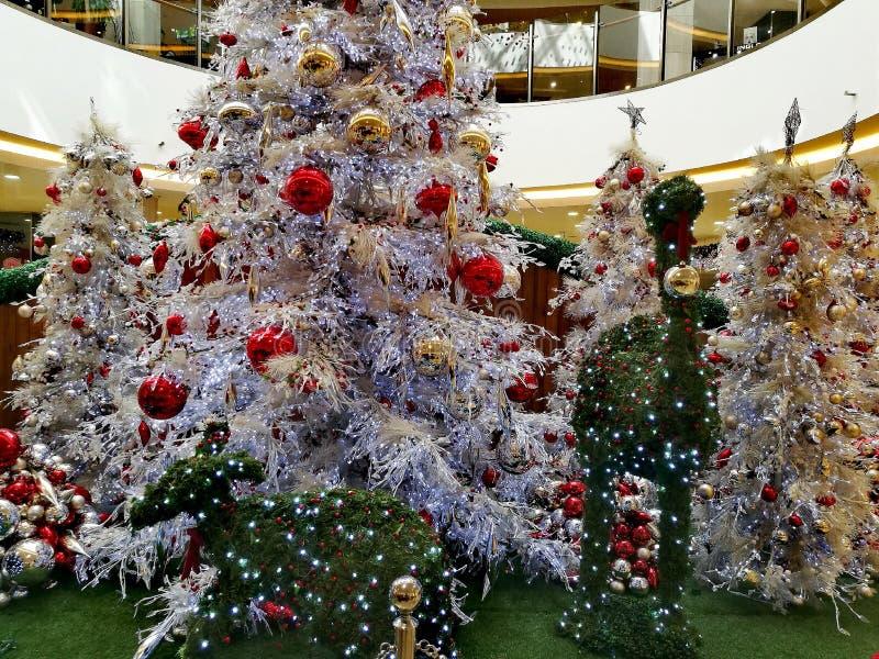 Weihnachtsbäume und Dekorationen lizenzfreie stockfotos