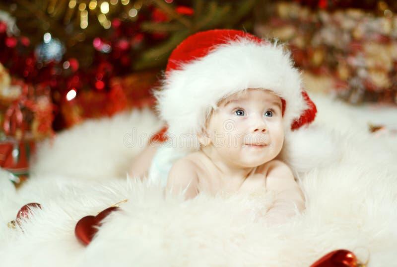 Weihnachtsbaby-Porträt, glückliches kriechendes Kind, lächelnder Kinderjunge stockbild