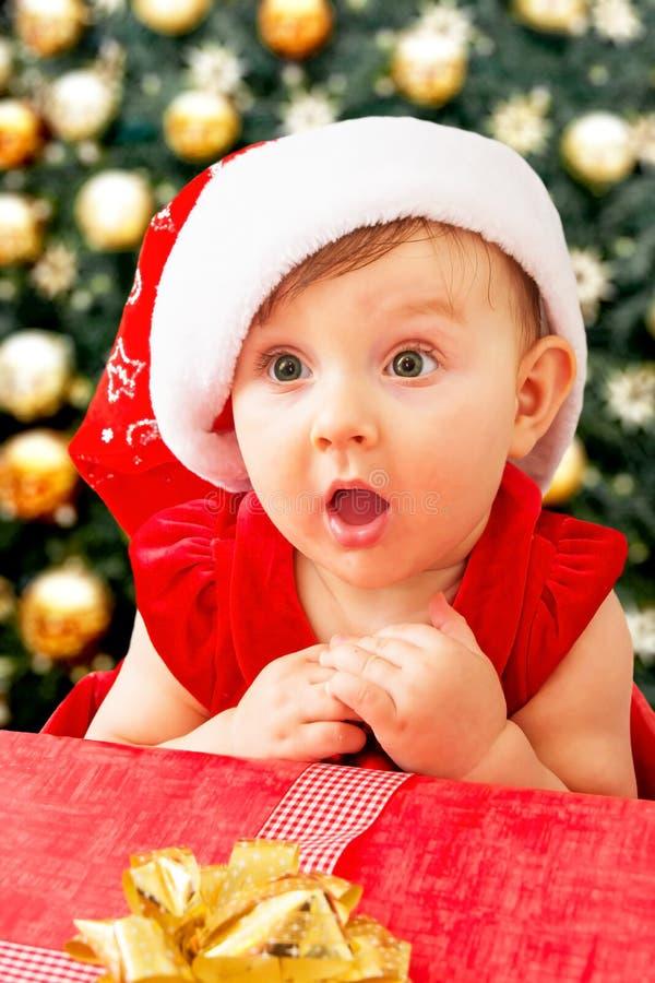 Weihnachtsbaby und -geschenk stockfoto