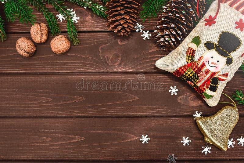 Weihnachtsbacken Zweige, Kons und Nüsse auf einem Holztisch Textbereich Ansicht von oben Weihnachtsfest stockbild