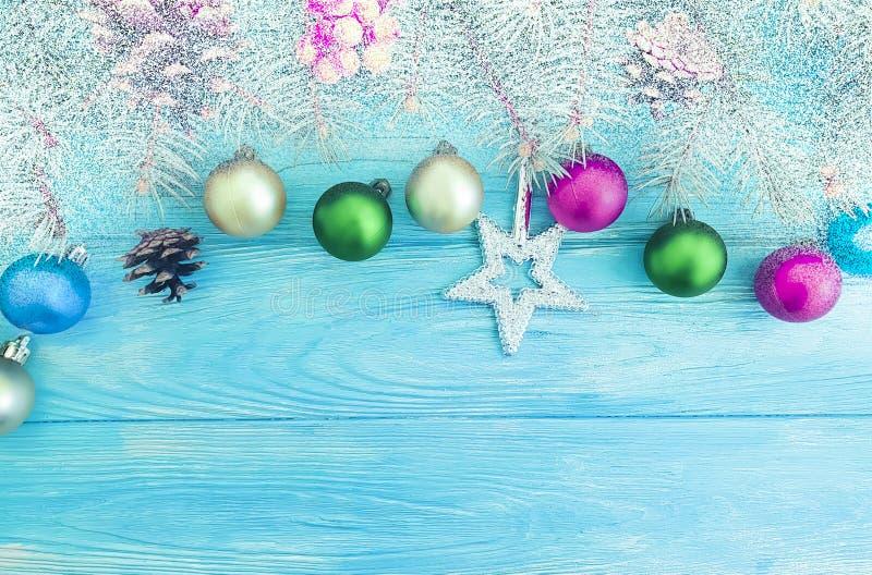 Weihnachtsball, Baumfeiertag auf einer hölzernen Hintergrundfeier stockbilder