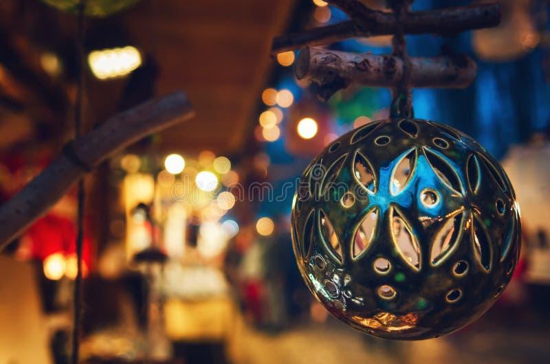 Weihnachtsball in einem traditionellen italienischen Weihnachtsmarkt lizenzfreies stockfoto