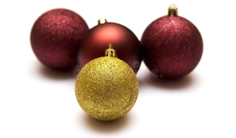Weihnachtsball lokalisiert auf weißem Hintergrund, Weihnachtsspielwaren Gold und roter Weihnachtsflitter lokalisiert auf weißem H lizenzfreie stockfotografie