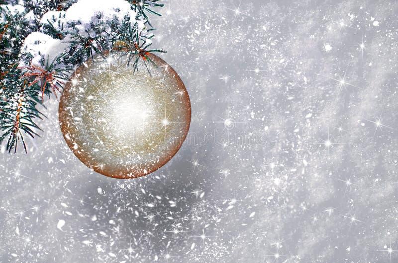 Weihnachtsball mit Schneeflocken stockbild