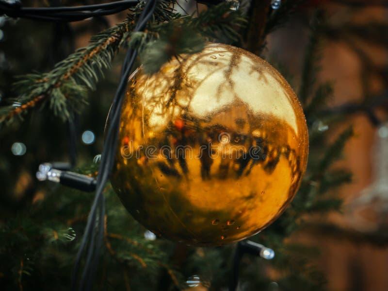 Weihnachtsball- und -baumfeiertag lizenzfreie stockfotos