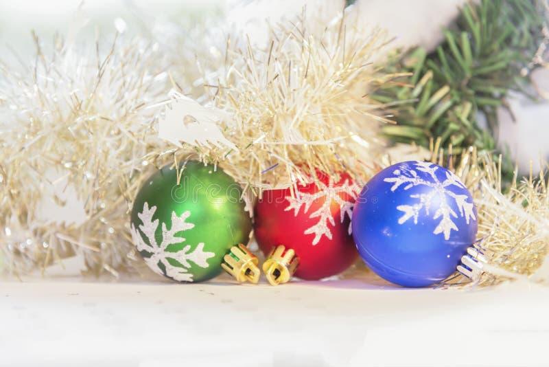 Weihnachtsballdekoration für Feier Weihnachtsabend und Happ stockbild